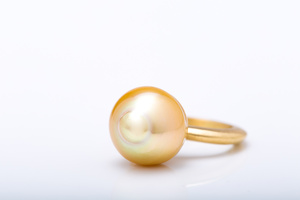 South Sea golden pearl in 18 karat yellow gold